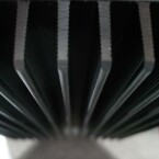 Mächtige Kühlrippen auf der Rückseite sorgen auch im Dauerbetrieb für einen kühlen Kopf