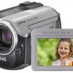 Dieser Camcorder mit einer Festplatte kann auch mit SD-Speicherkarten bestückt werden. Sein 1/6-Zoll-CCD-Sensor verfügt über 800.000 Pixel, die effektiv aber nur 400.000 Pixel erfassen. Der optische Zoom schafft eine 34fache Vergrößerung.