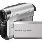 Dieser Camcorder speichert auf miniDV-Bändern ab und besitzt einen 1/6-Zoll-CCD-Sensor mit 800.000 Pixeln. Das Zoom-Objektiv bietet eine bis zu 40fache Vergrößerung.