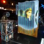 Im Vordergrund eine Box. Auf dem Passivkühler ist Tut Ench Amun verewigt.