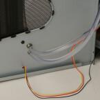 An den Seitentüren führen die Schläuche und Kabel zum Radiator und zum Crossflow-Lüfter. An der Seitentür wurden hierfür flexible Schläuche verwendet um ein Abknicken beim Öffnen und Schließen zu vermeiden. die feste Seitenwand wurde mit starren Schläuchen versorgt.