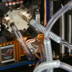 Das Asus Striker II Extreme bringt von Haus aus einen Mainboardkühler mit. Der ist zwar nicht der Beste, kann aber bedenkenlos mitgenutzt werden und spart den Geldbeutel. Der CPU-Kühler ist ein Innovatek G-Flow.