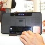 Mit ausgeklapptem Fuß und Dock ist es ein moderner Ersatz für das Küchenradio