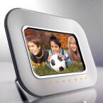Display: 7 Zoll / Auflösung: 800 x 480 Pixel / Bildschirmformat: 16:9 / interner Speicher: 128 MB / Speicherkarten: SD, MMC, XD-Picture Card und Memory Stick / Helligkeit: 200 cd/m² / Kontrastverhältnis: 300:1 / integrierte Uhr / Kalender-Funktion / Diashow / Abmessungen: 233 x 173 x 160 mm / Gewicht: 515 g