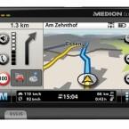 Die Straßenkarte erscheint auf einem fünf Zoll großen TFT-Display mit 65.536 Farben. Ein Fingerprint-Sensor sorgt ebenso wie die Sprachsteuerung und die Bluetooth-Freisprecheinrichtung für Sicherheit. Für freie Fahrt sorgt die Stauumfahrung mit TMCpro.