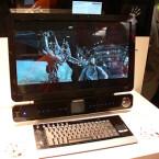 Der All-in-One-Rechner hebt sich durch seine berührungsempfindliche Bedienleiste und die zusätzliche Mini-Anzeige von anderen Geräten ab.