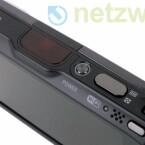 Außer dem Touchscreen sind der Ein-und-Aus-Schalter, der Auslöser, die Zoomwippe sowie die Taste zum Aufrufen der Bildwiedergabe, die einzigen Bedienelemente der Kamera.