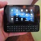 Das N900 liegt gut in der Hand. Auch wenn es mit einem Gewicht von über 180 Gramm recht schwer ist. (Bild: netzwelt)