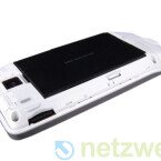 Um an die im Lieferumfang enthaltene Micro-SD-Speicherkarte zu gelangen muss der Hero-Besitzer zunächst die Akkufach-Abdeckung entfernen.
