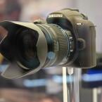Bekannt ist nur, dass die schlanke Systemkamera über ein Wechselobjektiv-Bajonett und elektronischen Sucher verfügt.