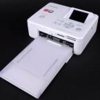 Mit angeschlossenem Papierfach nimmt der Fotodrucker gleich viel mehr Platz ein.