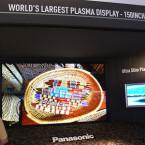 Umgerechnet gut 3,80 Meter misst die Bildschirmdiagonale des beeindruckenden Ausstellungsstücks. Die Auflösung erreicht mit 2.160 x 4.096 das Vierfache des Full-HD-Standards.