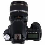 Mit Objektiv wiegt die Kamera fast 1,3 Kilogramm und ist somit kein Fotoapparat, den man ständig mit sich herum trägt.