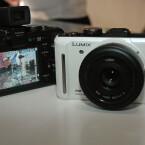 Die Micro-Four-Thirds-Kamera ist ab Oktober in Schwarz, Titan-Silber, Rot oder Perlmutt-Weiß erhältlich. Das Gehäuse kostet 649 Euro.