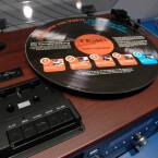 Das HiFi-Gerät zeichnet Vinylklassiker vom Dachboden direkt per CD-Brenner auf.