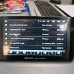 Das Gerät arbeitet unter Android und verfügt über 128 Megabyte Arbeitsspeicher, sowie bis zu acht Gigabyte Festplattenspeicher.