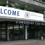 Von außen versprüht der Konferenzort den Charme der 1970er Jahre - drinnen geht es allerdings um Hightech vom Feinsten.
