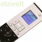 Fehlende Tasten lassen sich auf dem Display simulieren, ebenso kann hierüber das zu bedienende Gerät ausgewählt oder Makros aufgerufen werden.