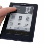 Der Touchscreen reagiert auf Eingaben mit Fingern, Handschuhen und dem beigelegten Stift.
