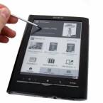 Der Touchscreen reagiert auf Eingaben mit dem beigelegten Stift und mit Fingern, die auch Handschuhe tragen können.