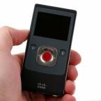 Der Pocket-Camcorder liegt angenehm und sicher in der Hand.
