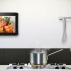 Universell einsetzbar, in der Küche etwa als Bilderrahmen: Vogel's RingO-System fürs iPad. (Bild: Vogel's)