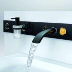 Eine Erweiterung der Ondus-Reihe hat Grohe mit dem System Ondus Digitecture vorgestellt. Sämtliche Steuerungseinheiten verbaut der Hersteller in einem Glasmodul an der Wand. (Bild: Grohe)