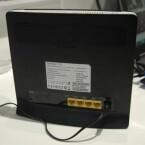Auf der Rückseite stehen vier LAN-Ports für den Anschluss netzwerkfähiger Geräte zur Verfügung. (Bild: netzwelt.de)