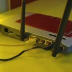 Auf der Rückseite stehen vier Gigabit-Anschlüsse, USB 2.0-Port für Netzwerkspeicher und ein Telefonanschluss zur Verfügung. (Bild: netzwelt.de)