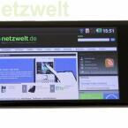Auf dem vier Zoll großen Display lassen sich auch Webseiten bequem betrachten. (Bild: netzwelt)
