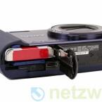 Den Lithium-Ionen-Akku lädt der Fotograf über den USB-Anschluss an der Unterseite direkt in der Kamera auf. Als Speichermedium dient wahlweise eine SD-Karte oder ein Memory Stick.