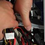 Die SSD in einen freien Festplattenschacht einführen - wenn kein freier Platz vorhanden ist natürlich zuerst eine andere Festplatte ausbauen.