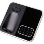 Lautsprecher, Ladeschale, Ruftaste und Bedienelemente für den Anrufbeantworter an der Basisstation. (Bild: netzwelt)