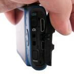 Menu-Taste an der Seite, genau wie der HDMI- und der USB-Anschluss.