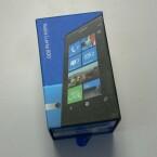 Das Nokia Lumia 800 kommt in einem bunten Karton im typischen Nokia-Blau daher. (Bild: netzwelt)