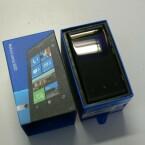 Das Nokia Lumia 800 gibt es in Schwarz, Blau und Rot. (Bild: netzwelt)