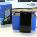 Das Nokia Lumia 800 ist aus einem Kunststoff-Block gefertigt. (Bild: netzwelt)