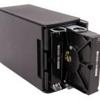 Der Mechanismus zum Auswechseln der Festplatten wirkt klapprig. (Bild: netzwelt)