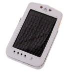 Das Solarladegerät von Vaude kommt in einer Schutzhülle, die Solarpanel und LED-Leuchten frei lässt. (Bild: netzwelt)