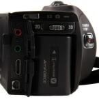 Den Akku lädt der Nutzer über ein Netzteil direkt in der Kamera auf. Im Bild zu sehen sind hier die Anschlüsse für Mikrofon und Kopfhörer sowie die HDMI- und AV-Schnittstelle. (Bild: netzwelt)