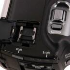 Die Zoomwippe ist auch bei 3D-Aufnahmen nicht unbrauchbar, sondern kontrolliert den zehnfachen optischen Zoom. Daneben befindet sich der Zubehörschuh für ein externes Mikrofon oder eine Videoleuchte. (Bild: netzwelt)