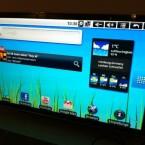 Der Startbildschirm besteht aus einer Youtube-Leiste, Wetterinformationen, der Google-Suche und einigen Apps am unteren Bildschirmrand. (Bild: netzwelt)