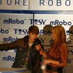 Verstanden hat wohl niemand, was Justin Bieber zum mRobo zu sagen hatte. (Bild: netzwelt)
