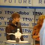 Genauso wie der Sänger interessierten sich nur wenig Anwesende für die Fähigkeiten des Roboters. (Bild: netzwelt)