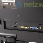 Auf der Rückseite befinden sich ein HDMI-, ein DVI- und ein VGA-Anschluss sowie ein Audio-Eingang.