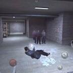 Mit zwei Berettas im Anschlag hechtet Max Payne durch die Luft. (Bild: Rockstar Games)