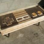 Der Couchtisch sieht nicht nur aus wie ein NES-Controller, er kann auch als solcher genutzt werden. (Bild: Charles Lushear)