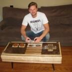 Charles Lushear fertigt den Tisch in Handarbeit. (Bild: Charles Lushear)