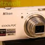 Auf den ersten Blick eine typische Kompaktkamera mit 10-fachem Zoom.