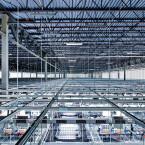 Auf dem Bild ist eine große Serverhalle von innen zu erkennen.